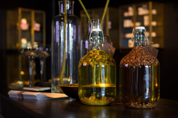 vat_oil_bottle_glass_herbs_flowers_healthy_of_course-1385167-d